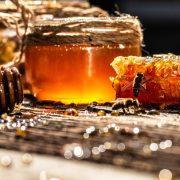 miele e prodotti tipici provenienti dall'allevamento di api