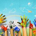 Mani colorate verso un cielo dipinto