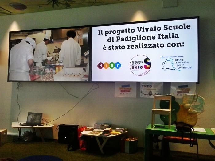 2 I monitor di vivaio scuola proiettano una foto dei laboratori trevigliesi